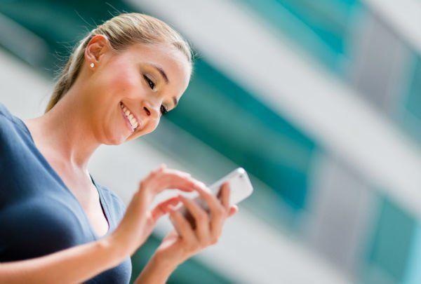 Selalu mencari tau dan kabar lewat teman terdekatmu, ketika kamu tak membalas pesan singkatnya