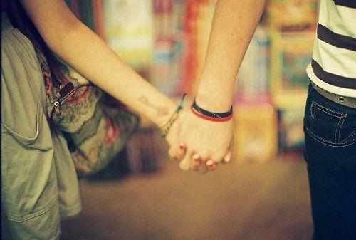 dia yang serius akan terus menggenggam tanganmu di segala kondisi