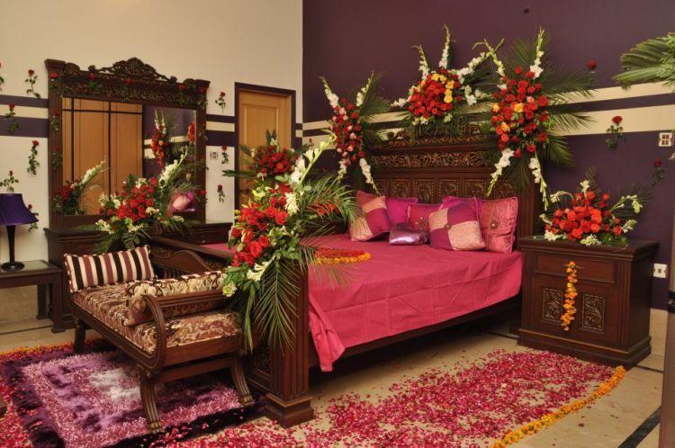bunga mawar di kamar pengantin
