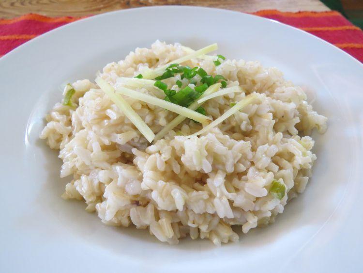 nasi jahe ditambah potongan jahe sebagai topping