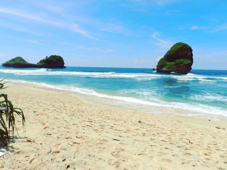 Indahnya Pantai Goa Cina. Credit to @gitayannet