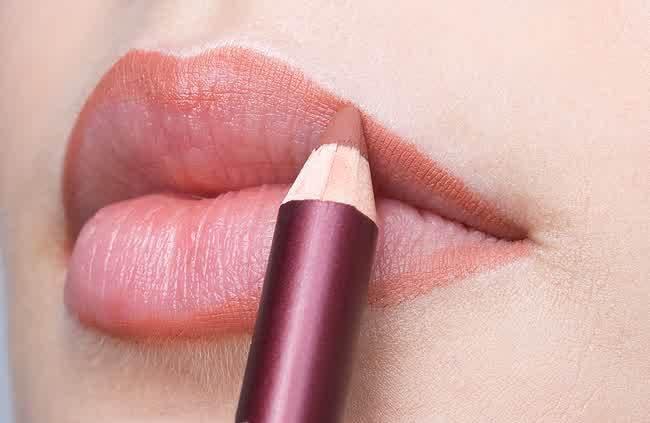 gunakan lip liner agar rapi