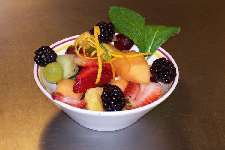salad buah penuh vitamin