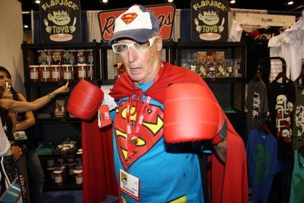 Super Grandpa siap membela cucu tercinta!