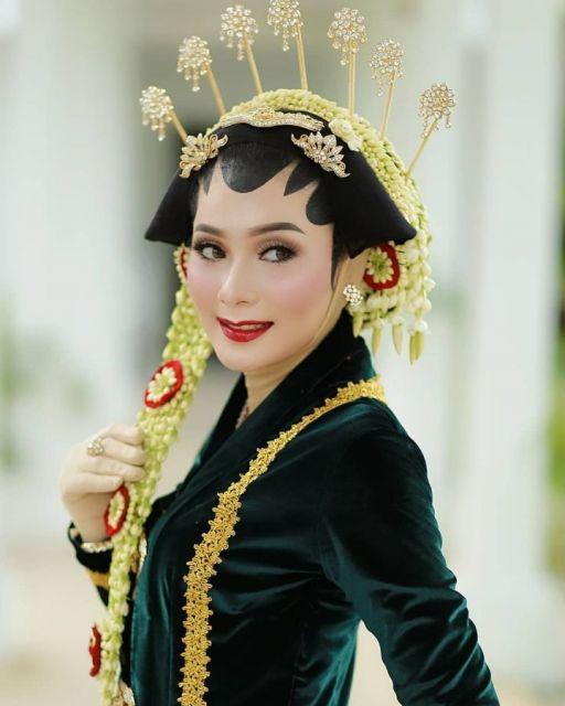 Pengantin Solo Putri Berkerudung Paes Foto : @laksaphotography /  MUA dan Paes : @rnajwa