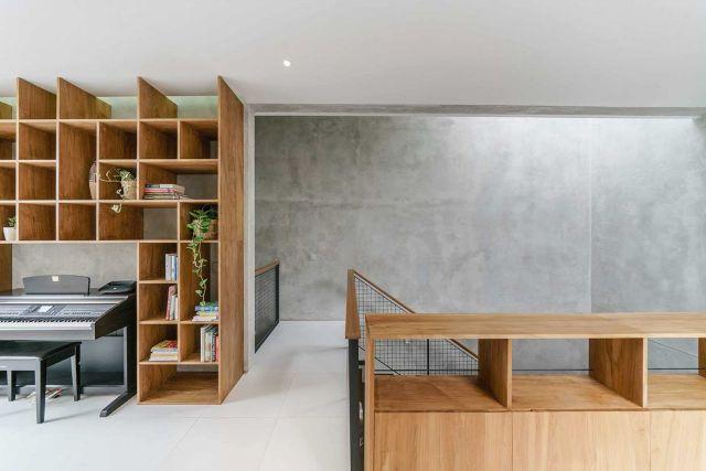 Desain rak buku unik menyentuh plafon karya ArMSchitecture //