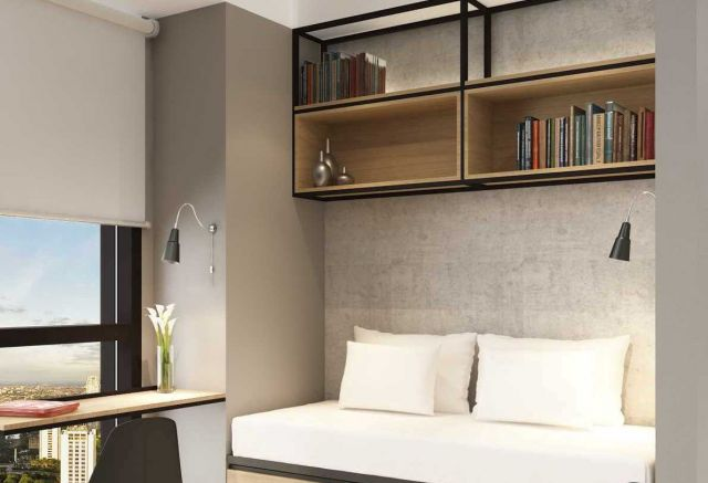 Rak dinding buku di atas spot santai karya Desnation Studio //