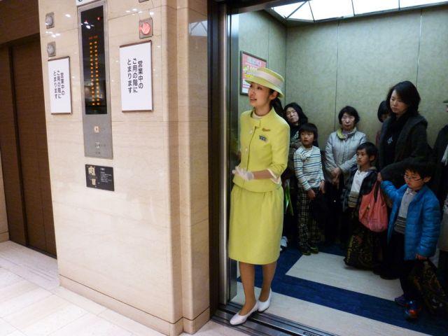 Menunggu mereka yang mau masuk lift