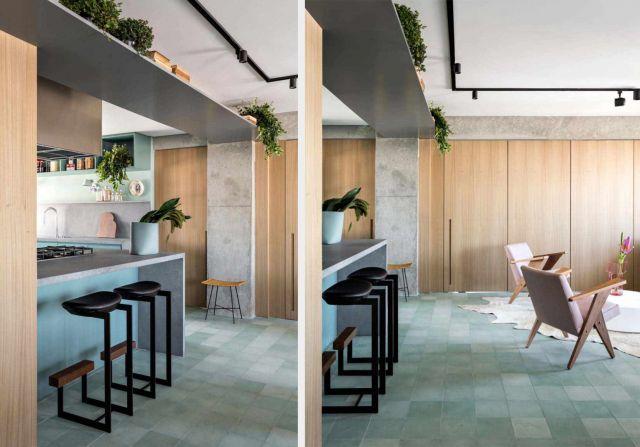 Desain open plan dalam apartemen yang menghubungkan dapur dengan ruang keluarga //