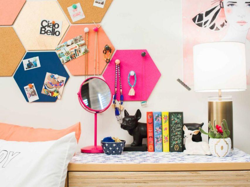 Dekorasi heksagon di dinding dengan warna ceria, oleh Jennie Andrews Photography