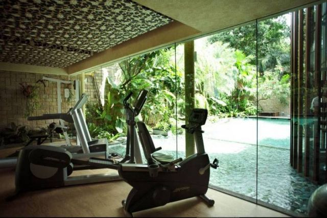 Ruang gym dengan jendela besar karya Iwan Sastrawiguna //