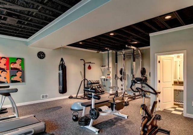 Kamar mandi di dalam ruang gym //
