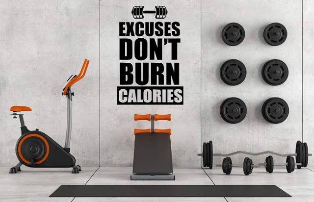 Dekorasi kata-kata motivasi penyemangat olahraga di ruang gym //