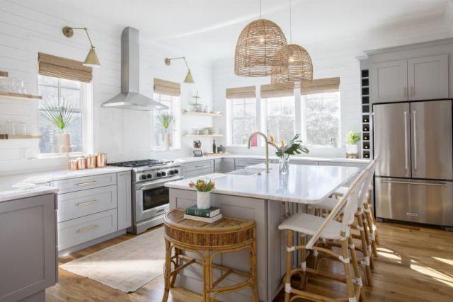 Dapur Putih dengan Aksen Dekoratif Natural