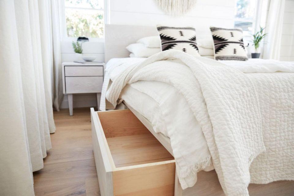 Penyimpanan pakaian model laci tarik di bawah ranjang, karya Trinette Reed
