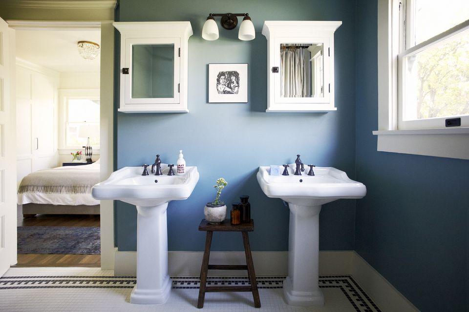 Desain interior kamar mandi warna biru keabu-abuan
