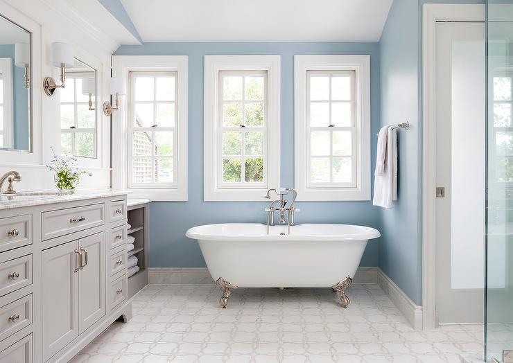 Kamar mandi bernuansa biru putih