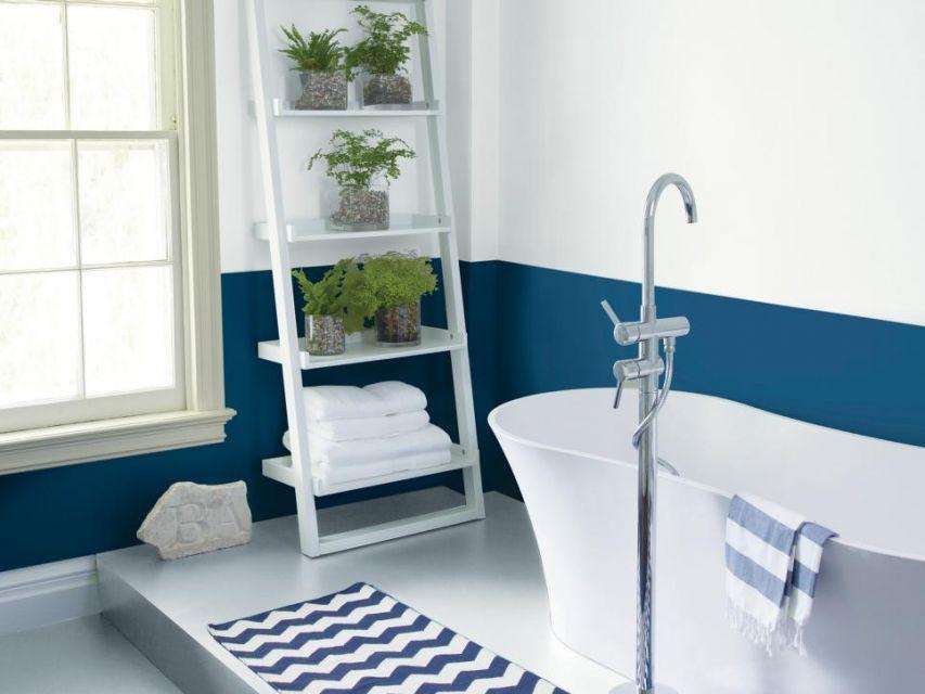 Kamar mandi warna biru dengan tanaman hias