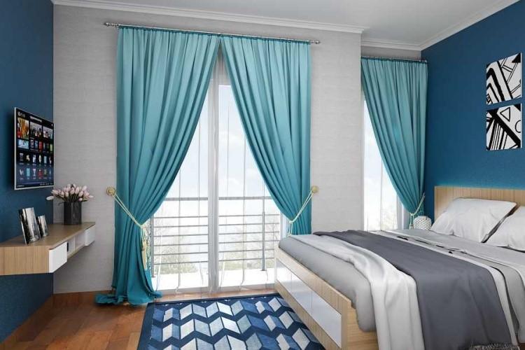 Kamar tidur dengan jendela besar dan gorden biru es, karya Liska Julianti