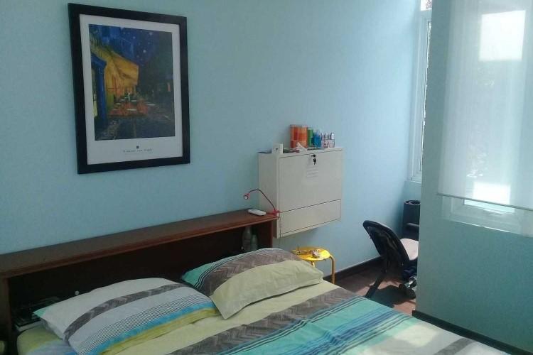 Desain kamar tidur mungil bernuansa serba biru muda, di Compact House karya RQT8