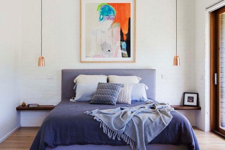 Kamar tidur dengan nuansa biru yang syahdu pada ranjang, karya Adrian Bonomi