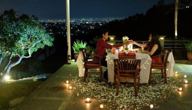Romantis banget pasti Dinner di malam honeymoon