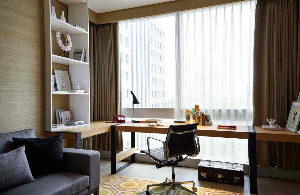 Ruang kerja sudut menghadap jendela besar, karya Envirotec