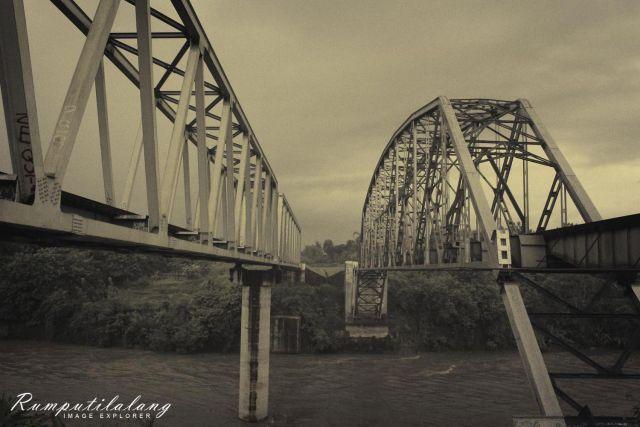 Jembatan Mbelng baru (kiri) dan jembatan Mbeling lama (kanan)