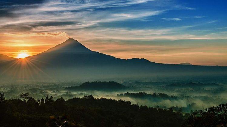 pemandangan matahari terbit dari punthuk setumbu1 750x422 - 5 Tempat Wisata Liburan Asyik Dekat Candi Borobudur