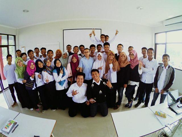 Ridwan Pandiya, M.Si, Kolektor Buku, Dosen Kalkulus Lulusan Universiti Malaysia Terengganu dengan predikat Cumlaude. Foto diambil saat mengajar di kelas.