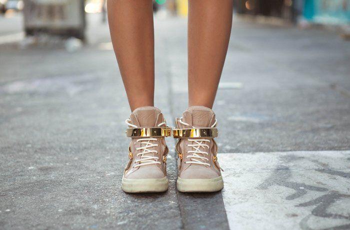 lincah dan aktif dengan sepatu sneakers