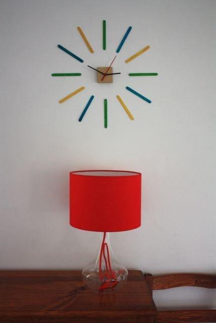 Jam dinding penuh warna, seperti masa mudamu