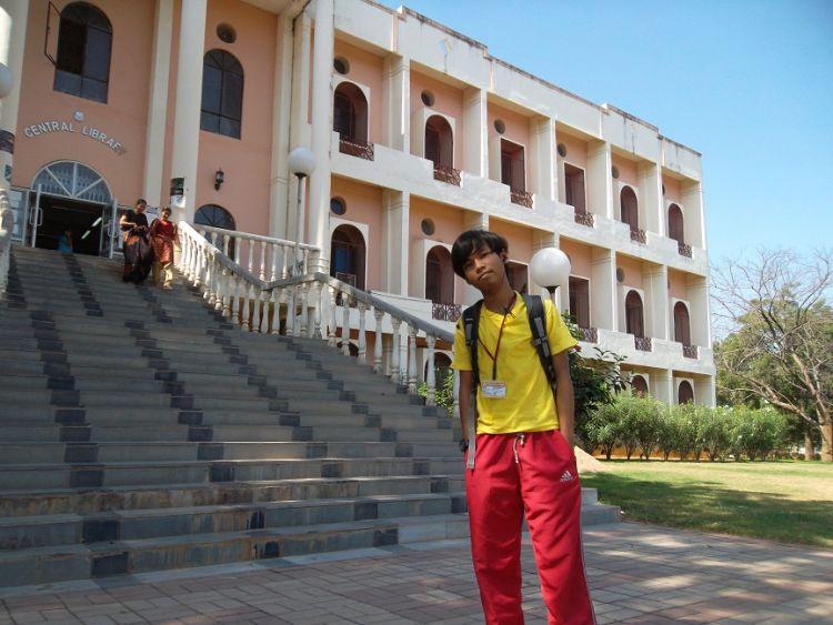 Gue kuliah di India dong...