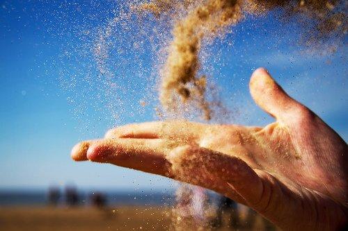 Kamu bisa melempar pasir atau kerikil setelah pura-pura jatuh ke tanah. Ambil yang bisa kamu jangkau..