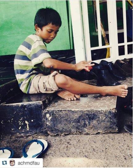 Meski masih anak-anak, dia pun semangat kerja