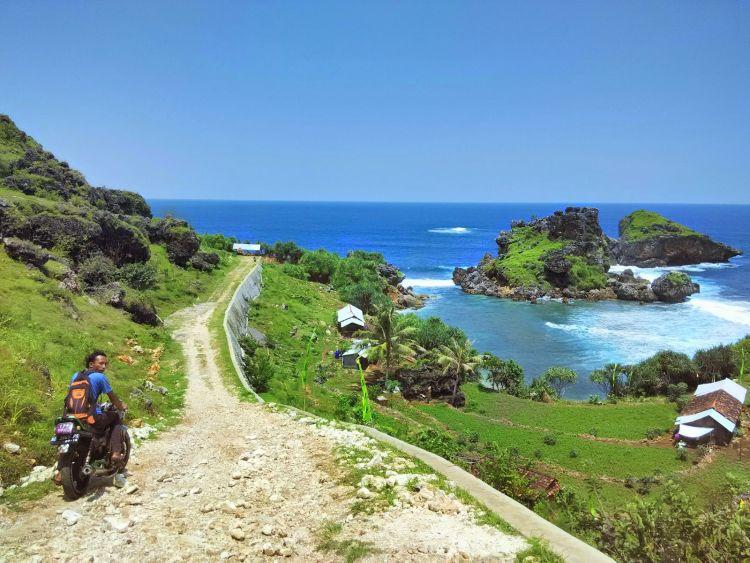 Jalan menuju Pantai Nglambor.