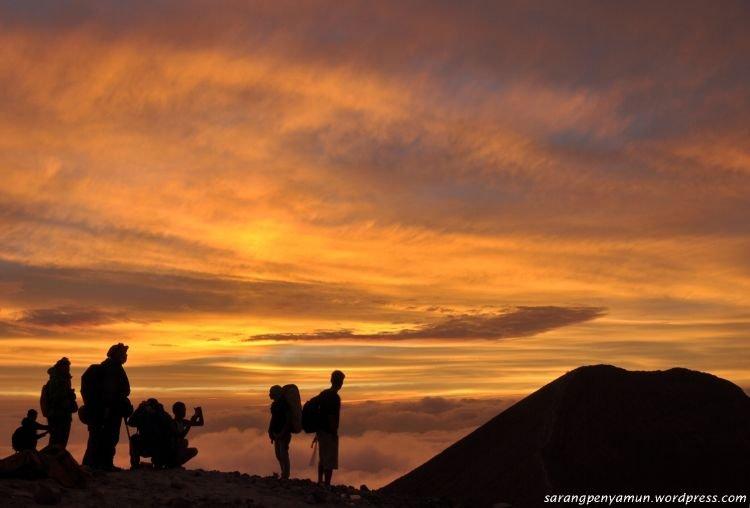 Sunrise dari puncak Gunung Merapi.