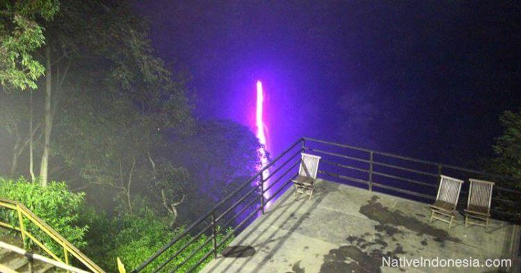 Dari dek view ini kamu bisa melihat pelangi dari air terjun Cimahi.