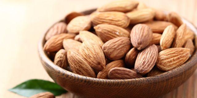 kacang almond dipadukan dengan es krim dan lelehan coklat juga enak kali yaa
