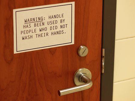 ada yang habis pipis ga cuci tangan juga pakai pintu