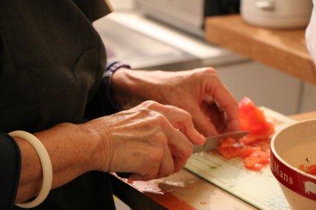 Nenek lagi masak...