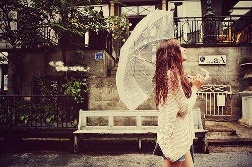 Payung bisa kamu jadikan senjata untuk berjaga-jaga loh, terutama payung lipat.