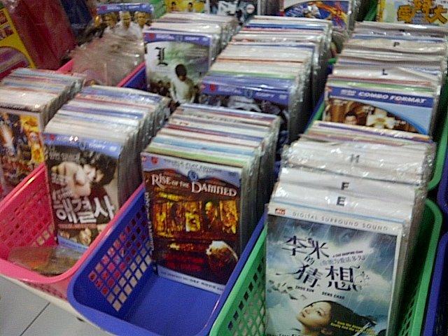 Beli dvd bajakan di Mang Kaset dekat gang FPMIPA..