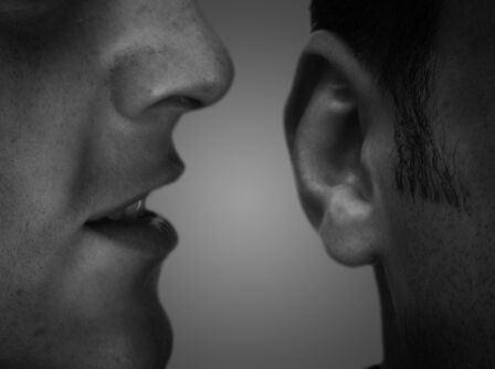 membicarakan orang lain
