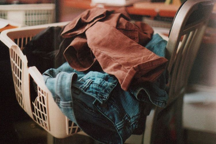 Pergi ke ibu-ibu laundry adalah jawaban.