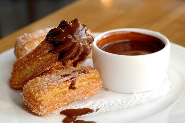 Churros dicelup cokelat makin legit.