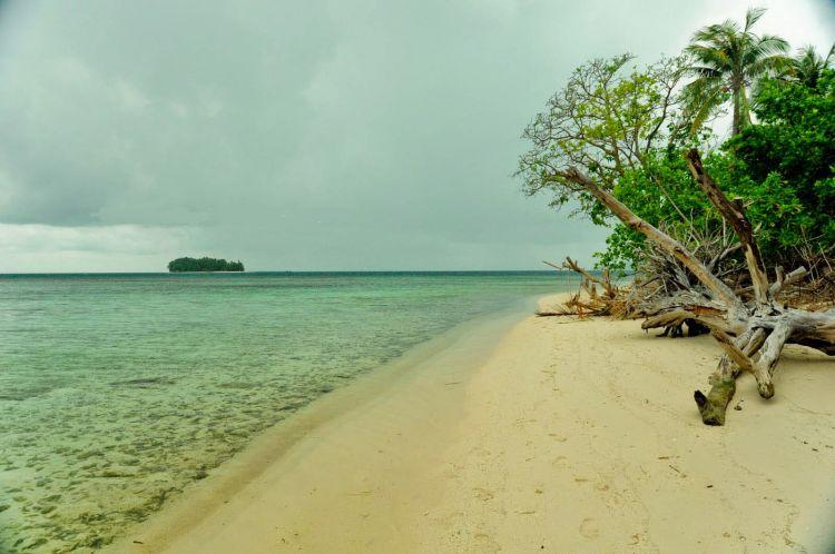 Pasir pantai yang masih suci, belum tercemar. :3