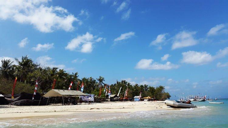 Berjajar resort di Gili Labak, Madura.