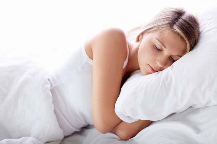 Tidur dengan posisi yang benar.