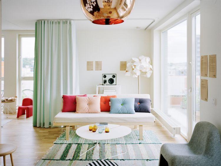 Ruang Tamu Penuh Warna Ini Bikin Acara Menyambut Jadi Lebih Semarak